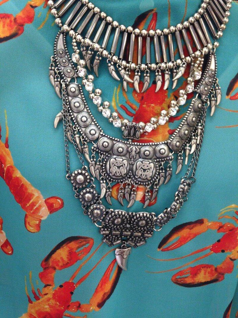 colar-iorane-moedas-skazi-vestido-thassianaves-fashion-lançamento-coleção-buffet