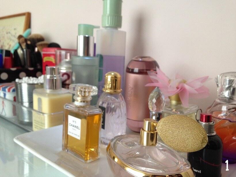 n5-chanel-perfume-decoracao-penteadeira-escrivaninha-decor-makes-organizador-bandeja-pinceis-ysl-parisienne-boticario-lily-cacharel